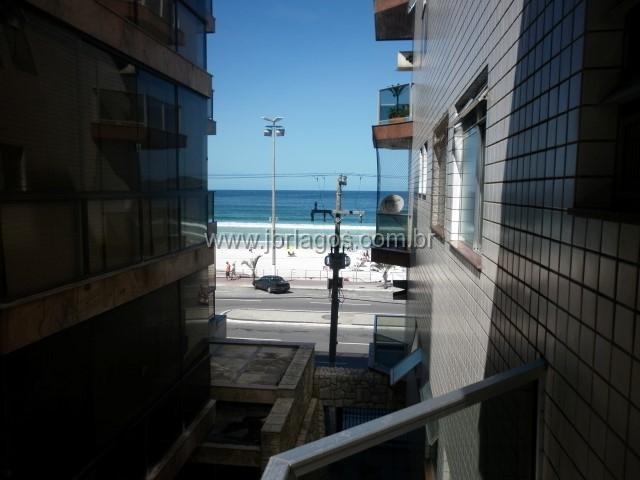 Apartamento em prédio frontal a Praia do Forte, vista mar lateral, com dependência completa
