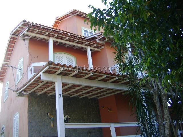 Casa triplex com área de lazer, dentro de condomínio