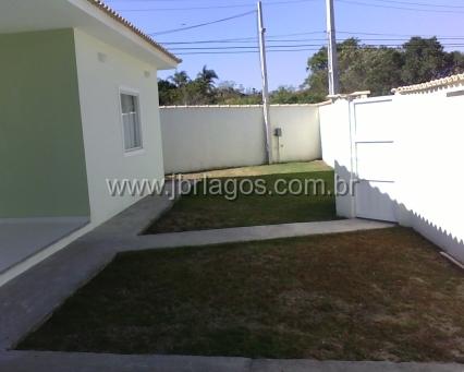 Casa independente linear com quintal na frente e nos fundos