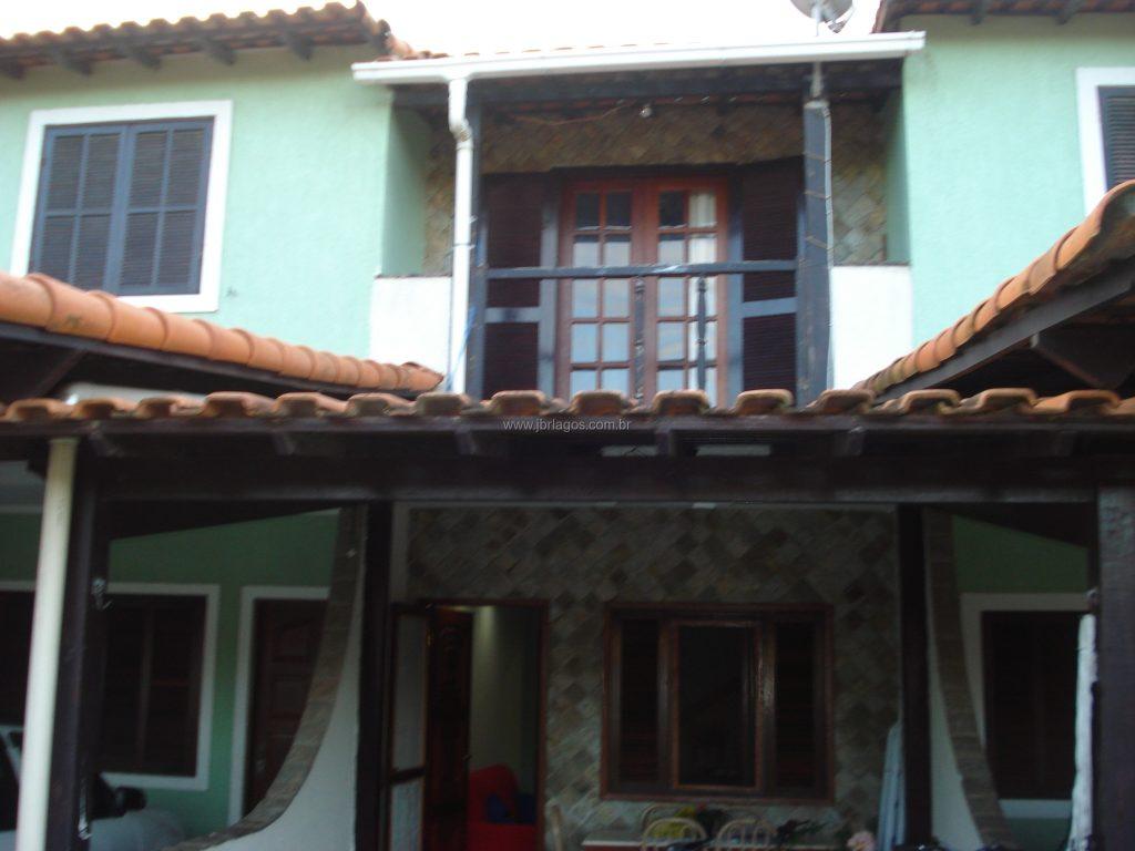 Ampla casa perto de variado comércio e condução, na segurança de um condomínio