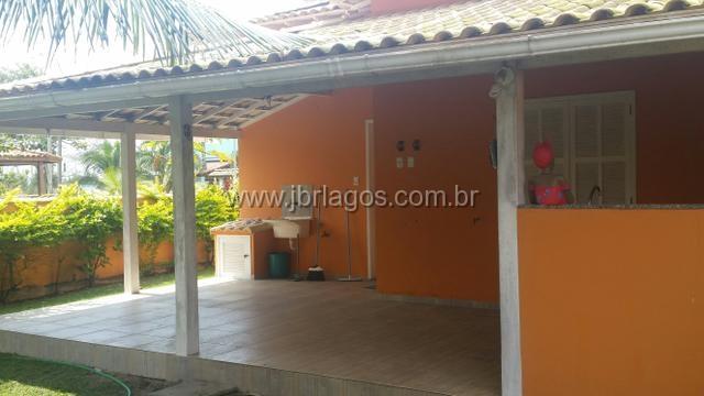 Linda e aconchegante casa, toda ampla, na segurança de um condomínio, perto da praia, comércio e condução
