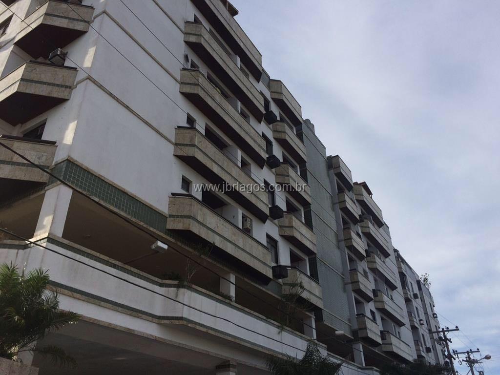 Amplo apartamento recém reformado perto de variado comércio e praia em prédio com total infraestrutura
