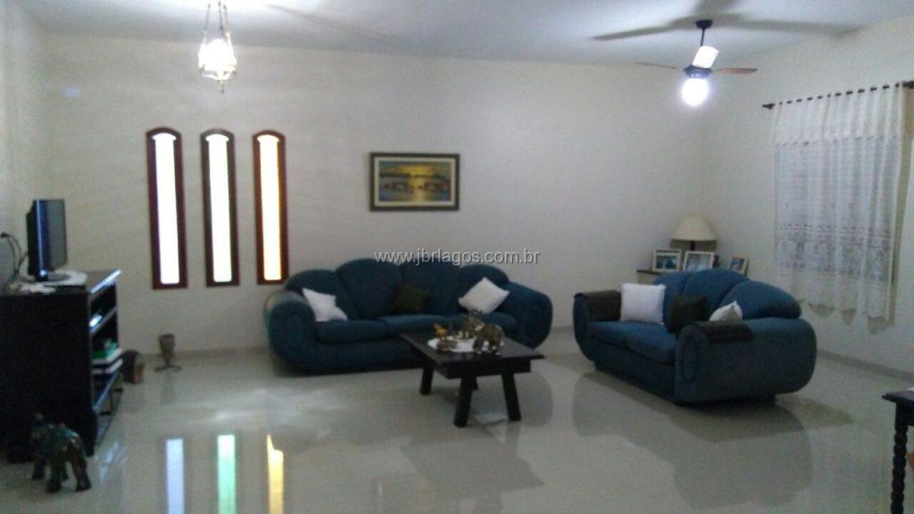 Ampla casa em terreno de 600 m², com 1 loja de 36 m² na frente, perto de variado comércio, Praia e condução na porta