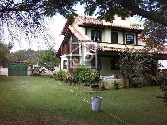 Linda casa independente, centro de terreno de 1000 m² com maravilhoso jardim gramado