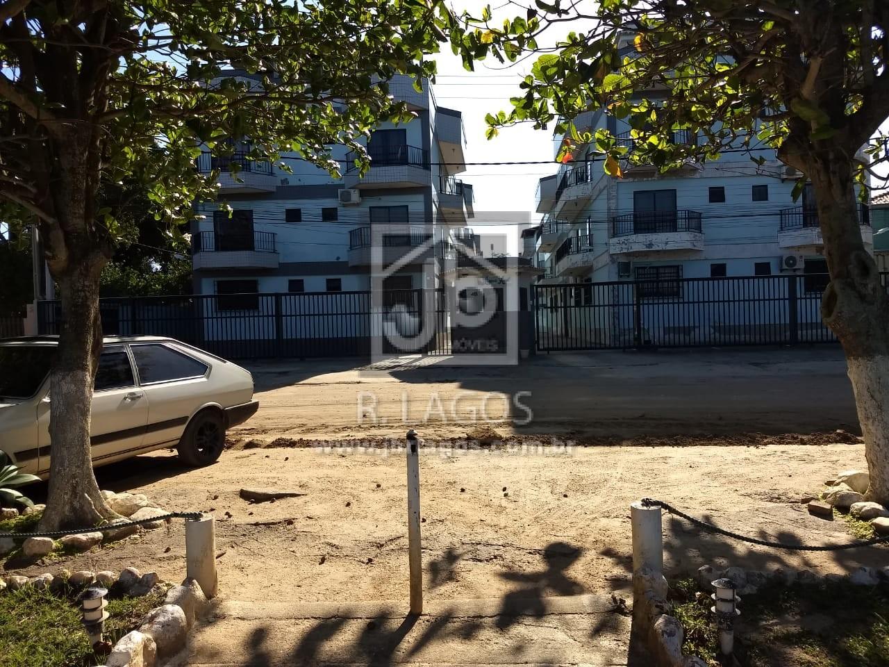Amplo apartamento térreo, mobiliado e decorado em prédio frontal a Lagoa de Araruama (pé na areia)