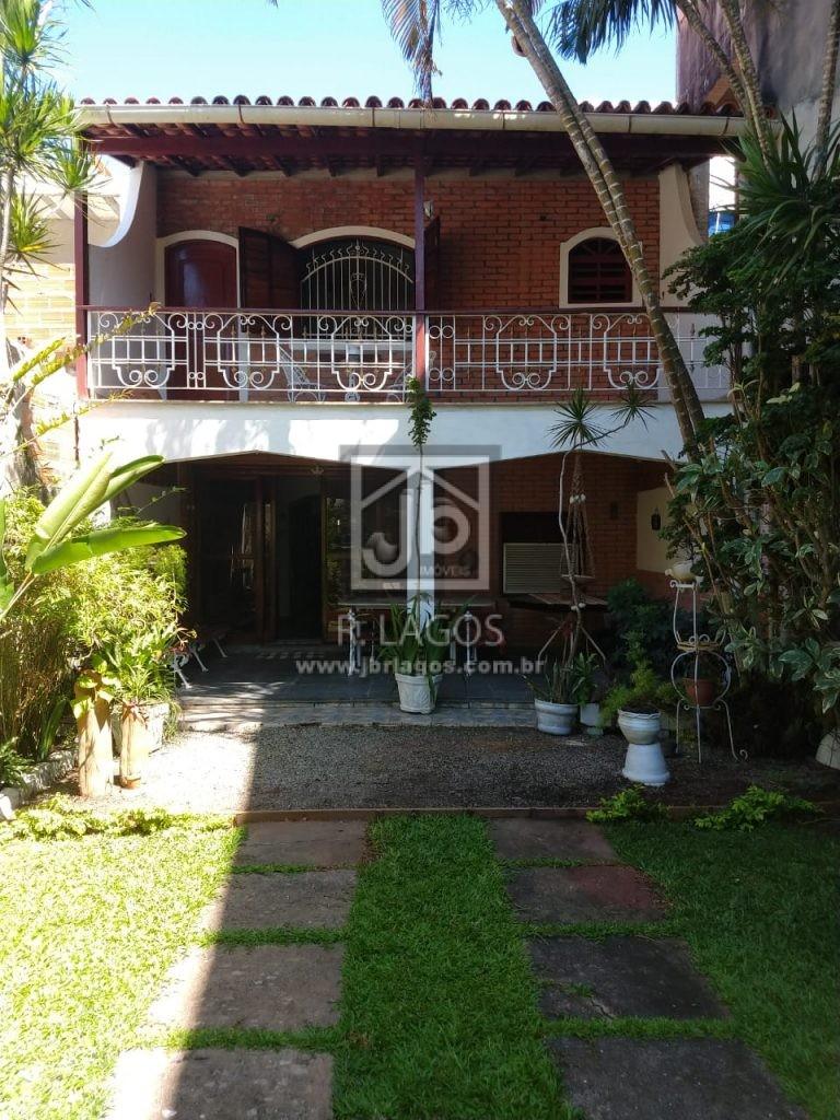 Ampla casa independente, perto a amplo comércio e via de acesso que liga ao Centro de Cabo Frio e praias do Peró